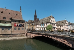 Ancienne douane - English: A south view of Pont du Corbeau, Strasbourg. The minster is visible in the background