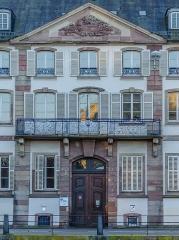 Ancien Hôtel de Neuwiller - English: Ce pied-à-terre de l'ordre bénédictin de Neuwiller-les-Saverne était autrefois composé d'une autre façade remarquable de l'autre coté dans la rue du Vieux Marché aux Vins. Malheureusement, la révolution passant par là, cela fut vendu comme bien national à un banquier. L'autre coté fut détruit à l'aube du XXe siècle, seul cette façade résista pour donner l'héritage d'un des plus notable hôtel particulier du XVIIIe siècle.