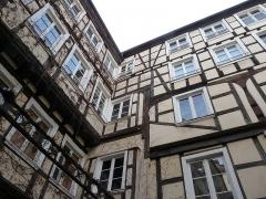 Maison - Nederlands: Ingewikkeld houtwerk in een binnenkoer van Staatsburg