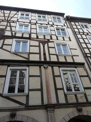 Maison - Nederlands: Ingewikkeld houtwerk in een binnenkoer van Staatsburg. Hier een kolom in verschillende vormen.