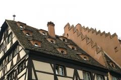 Immeubles - Deutsch: Schleppgauben auf der Ancienne pharmacie du Cerf, Strassburg, Frankreich.