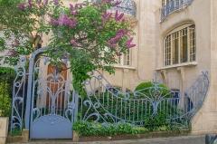 Hôtel Brion, puis pension de famille appelée Hôtel Marguerite -  Superbe grille en forme d'ondulations faisant penser à des ailes de libellules de cette villa si particulière. La couleurs des lilas l'accompagnant correspondent bien aussi.