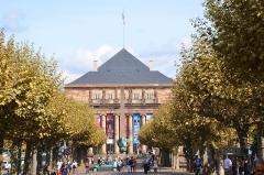 Théâtre municipal, actuellement Opéra du Rhin - English: De style néo-classique, cet opéra, sis place Brogli, est à deux pas du quartier impérial et de l'hôtel de ville. De loin, grâce à ces toits et son obélisque, cet opéra rappelle facilement l'Egypte.