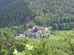 Château de Loewenstein - Deutsch: Blick auf den Gimbelhof von de:Burgruine Löwenstein (Elsass) aus
