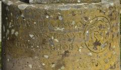 Vestiges du couvent cistercien de Neubourg - Deutsch: Teil 1 der Inschrift auf der Sonnenuhr an der Abtei Hohenburg auf dem Odilienberg. Rechts: Wappen von Monseigneur Ruch, darunter das Verlegedatum 1935 (MCMXXXV).