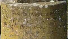 Vestiges du couvent cistercien de Neubourg - Deutsch: Teil 2 der Inschrift auf der Sonnenuhr an der Abtei Hohenburg auf dem Odilienberg. Links: Wappen von Monseigneur Ruch, darunter das Verlegedatum 1935 (MCMXXXV).