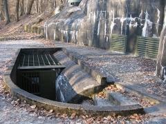 Fort de Schoenenbourg (ligne Maginot) -  Fort de Schoenenbourg, élément de la ligne Maginot. Entrée des hommes (bloc 8).Détail  Photo prise par Denis Helfer sous licence GFDL.