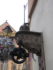 Maison Adolphe - Deutsch: Löwe an einer Wand in der Nähe des Colmarer Münsters. Könnte mal als Seilrolle für einen Brunnen gedient haben