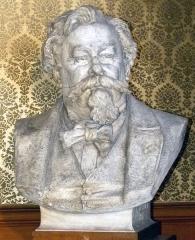 Musée Bartholdi - Deutsch: Büste von Gustave Jundt im Bartholdi-Museum in Colmar. Gustave Adolphe Jundt (* 21. Juni 1830 in Straßburg; † 1884) war ein elsässischer Landschafts- und Genremaler, Karikaturist, Graveur und Illustrator. Er ist vor allem für seine elsässischen Genreszenen bekannt.