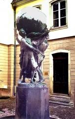 Musée Bartholdi - Русский: Памятник «Люди строят мир» скульптора Фридриха Августа Бартольди (1834 – 1901), автора Статуи Свободы, установленной перед входом в гавань Нью-Йорка.