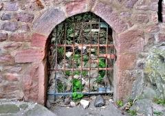 Ruines des châteaux de Weckmund et de Wahlenbourg - Français:   Porte d\'une salle souterraine du château de Wahlenbourg.