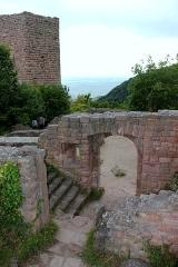 Ruines des châteaux de Weckmund et de Wahlenbourg -  La tour du château du Weckmund vue de la ruine du Wahlenbourg