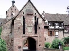Anciennes fortifications - Français:   Riquewihr (dép. du Haut-Rhin, Alsace, France). Porte Haute (allem. Obertor), début XVIe siècle, anciennement doté d\'un pont-levis, dont on aperçoit sur la photo les bras et les chaînes.