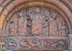 Eglise catholique Saint-Pierre-et-Saint-Paul - English: The tympanum represents Christ handing over the keys and the Law to Peter and Paul. A nobleman and a vine-grower are offering him some presents.