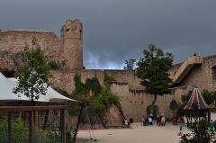 Château de Hohlandsberg ou Hohlandsbourg -  la cour, le chateau haut et le chemin de ronde