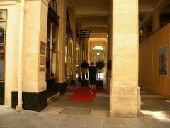 Immeuble en bordure du Palais-Royal, restaurant Le Grand Véfour - English: Restaurant Vefour, Jardin du Palais Royal, Paris