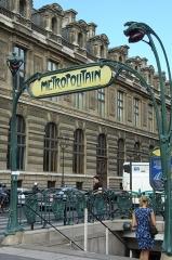 Métropolitain, station Palais-Royal - English: Entrance of the Palais Royal - Musée du Louvre station of the Paris Metro, with the Louvre in the background.