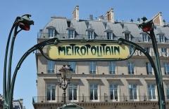 Métropolitain, station Palais-Royal -  Métro Parisien - M° Palais Royal - Musée du Louvre, Paris.