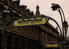 Métropolitain, station Palais-Royal -  Paris. Au Métro Palais Royal - Musée du Louvre.