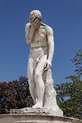 Palais du Louvre et jardin des Tuileries -  Une statue dans le jardin des Tuileries à Paris. Henri Vidal - Caïn venant de tuer son frère Abel (1896).