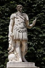 Palais du Louvre et jardin des Tuileries -  Une statue dans le jardin des Tuileries à Paris. Ambrogio Parisi - Jules César.