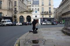 Place des Victoires : le sol -  Old school photography @ Place des Victoires @ Paris