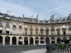 Place des Victoires : le sol - English: The north-western part of place des Victoires in Paris, covering from left to right the even numbers 4bis to 12