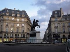 Place des Victoires : le sol -  La place des Victoires est une place de Paris. Dédiée à Louis XIV, elle est, avec la place des Vosges, la place Dauphine, la place Vendôme et la place de la Concorde, l'une des cinq places royales parisiennes.