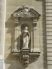 Théâtre de l'Opéra-Comique, dit salle Favart - English: Statue on the facade of the l'Opéra Comique (Salle Favart), Paris 2nd arr.