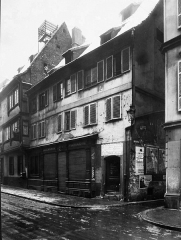 Théâtre des Variétés - English: Birthplace of actress Amélie Diéterle, born at 44 rue du Jeu des Enfants (Kinderspielgasse) in Strasbourg, on 20 February 1871 and daughter of Dorothée Catherine Diéterle (Dorothee Katharina Dieterle), German waitress. The building will be destroyed in March-April 1933. Amélie Diéterle is a French actress born in Strasbourg on 20 February 1871 and died in Cannes on 20 January 1941. She was legitimated in Paris in 1892 by Captain Louis Laurent, Knight of the Legion of Honor. Amélie Diéterle married in Vallauris on 16 June 1930 with André Simon (1877-1965). Amélie Diéterle plays mainly at the Théâtre des Variétés in Paris during the Belle Époque.
