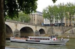 Pont Marie -  Une vedette sur la seine à Paris .