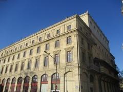 Théâtre de la Ville - Le théâtre de la Ville, côté quai et côté rue Adolphe-Adam.