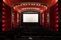 Cinéma Le Louxor - Français:   Avec sa voute en anse de panier, ses fauteuils club et ses tons rouge moirés.