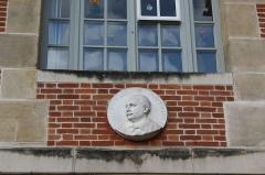 Hôpital Saint-Louis - Deutsch: Gedenkplakette für Paul Ravaut am Hôpital Saint-Louis im 10. Arrondissement in Paris (Île-de-France/Frankreich)