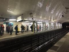 Métropolitain, station Gare du Nord - Français:   Mise en place de portes palières sur le quai direction porte de Montrouge sur les quais de la ligne 4 du métro parisien à la station Gare du nord.