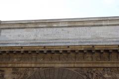 Porte Saint-Martin - Deutsch:   Porte Saint-Martin im 10. Arrondissement von Paris, Attika mit lateinischer Inschrift