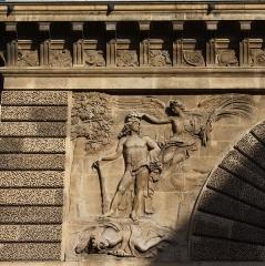 Porte Saint-Martin - Deutsch:   Porte Saint-Martin im 10. Arrondissement von Paris, linkes Relief auf der Südseite, von Étienne Lehongre, Darstellung: Ludwig XIV. als Herkules mit der Siegesgöttin Victoria