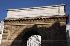 Porte Saint-Martin - Deutsch:   Porte Saint-Martin im 10. Arrondissement von Paris, Südseite mit Reliefs und Attika mit lateinischer Inschrift