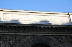 Porte Saint-Martin - Deutsch:   Inschrift auf der Porte Saint-Martin in Paris