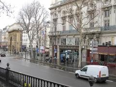 Porte Saint-Martin - Français:   The porte Saint-Martin and the boulevard Saint-Martin, Paris. Photo taken at the same place than another one taken in 1871 after the fires of Paris Commune.