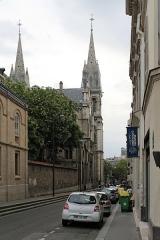 Eglise Saint-Ambroise -  Paris,  rue Saint-Ambroise depuis l'avenue Parmentier. Vue sur l'arrière de l'église Saint-Ambroise.