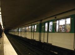 Métropolitain, station République - Français:   Métro de Paris (France) - ligne 5 - MF 67 à la station République -