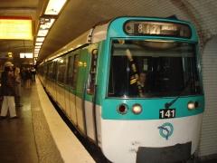 Métropolitain, station République - Français:   Métro de Paris Rame de la serie MF77 sur la ligne 8 a la station République Lieu: Paris, France Date: Mars 2007 Auteur:  Brio photo personnelle