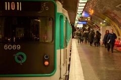 Métropolitain, station République - Français:   Ligne 11 du métro de Paris à la station République