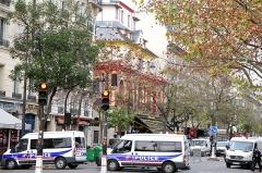 Ancien café-concert Le Bataclan -  Camion de police devant la salle du Bataclan, le lendemain des attaques terroristes.