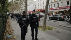 Ancien café-concert Le Bataclan - English: Police patrol near a tribute erected outside the Bataclan concert hall in Paris a day after more than 120 people were killed in a series of coordinated attacks. Nov. 14, 2015.