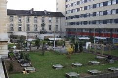 Hôpital Saint-Antoine - English: Garden inside the Saint-Antoine hospital in Paris, France made by MAEH