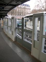 Métropolitain, station Bastille - Français:   Début de la pose des portes palières à la station Bastille de la ligne 1 du métro de Paris