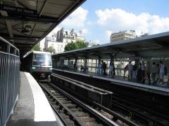 Métropolitain, station Bastille -  Metro de Paris Rame de la serie MP89 a la station Bastille sur la ligne 1  Lieu: Paris, France Date: Juin 2006 Auteur:  Pline photo personnelle