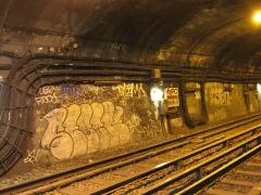 Métropolitain, station Nation -  Tunnel tagué du Métro de Paris, Station Nation (ligne 2), Paris, France